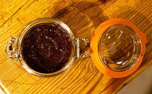 Органическая смесь из кофе и мёда на деревянном столе