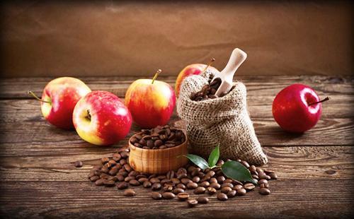 Мешок горького кофе и красные сладкие яблоки