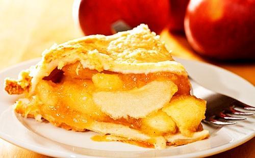 Кусрчек яблочного пирога на тарелке