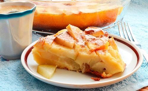 Шарлотка с яблоками на блюдце
