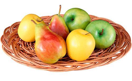 Яблоки и груши на плетеной тарелке