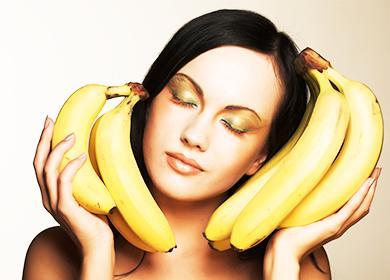 Девушка держит в руках бананы