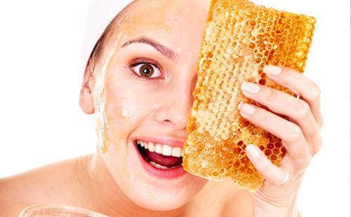 Кареглазка в полном восторге от кусочка медовых сот