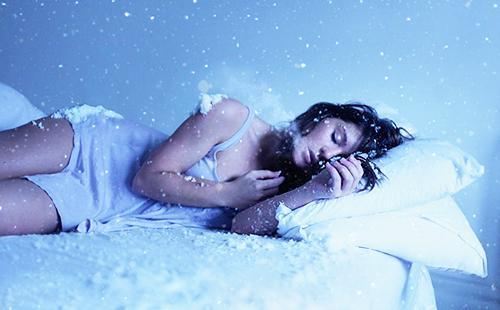 Спящую девушку засыпало снегом