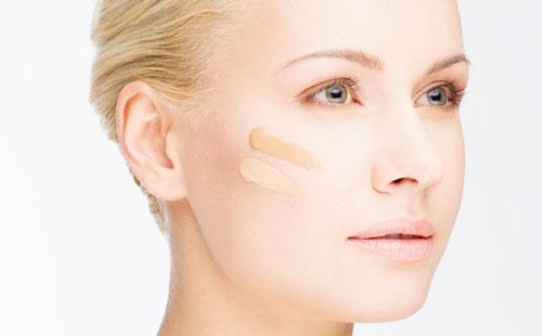 Полоски тонального крема на лице