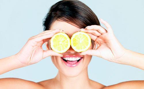 Девушка закрыла глаза половинками лимона