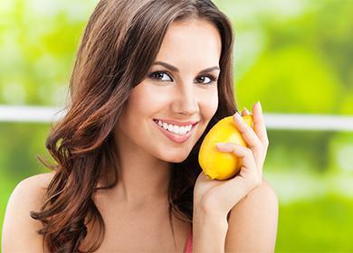 Девушка с лимоном