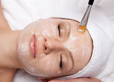 Маска-пленка на лице у женщины