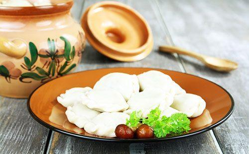 Вареники с картошкой и грибами на тарелке