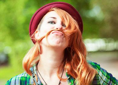 Девушка в бордовой шляпе