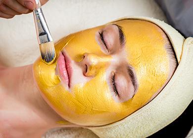 Желтая маска на лице у девушки