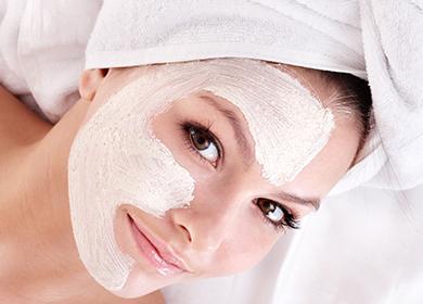 Девушка с белой маской на лице