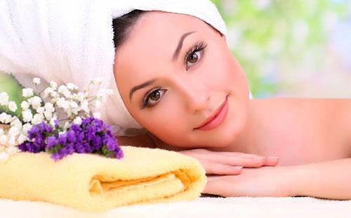 Девушка с полотенцем