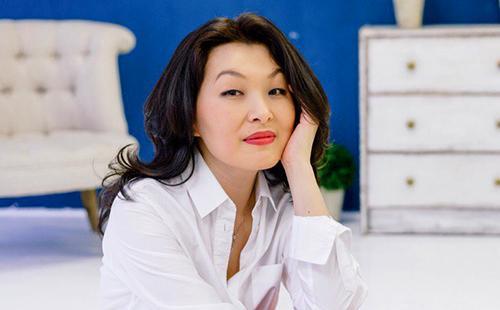 Уверенная в себе женщина в белой рубашке