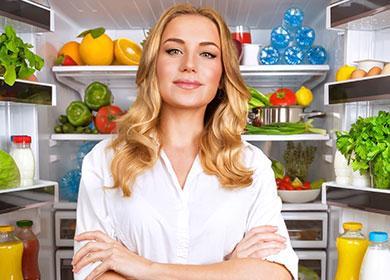 Женщина возле открытого холодильника