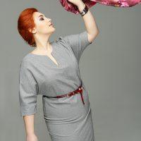 Розовый платок подчёркивает серое платье