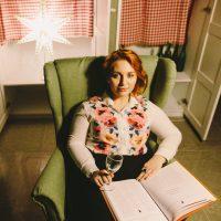 Лиза в зелёном кресле и с бокалом вина