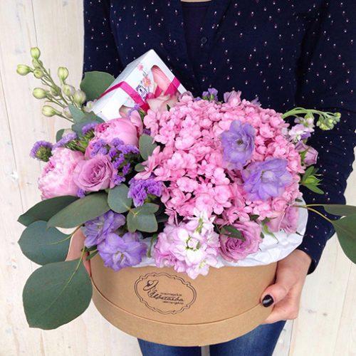 Розовые цветы разбавлены голубыми