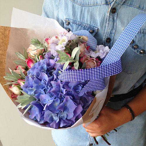 Крупные голубые цветы перевязаны лентой в тон