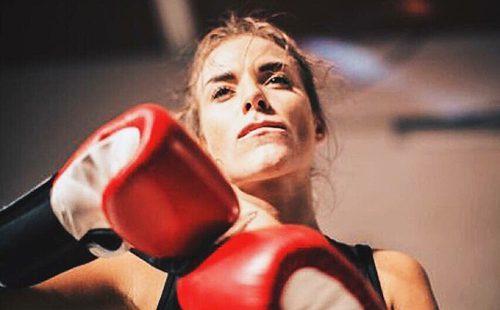 Актриса в красных боксёрских перчатках