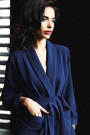 Брюнетка в синем халате
