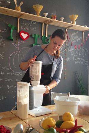 Марина уверенно управляется с кухонной техникой