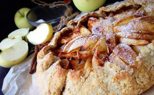 Аппетитный пирожок с ломтиками фруктов