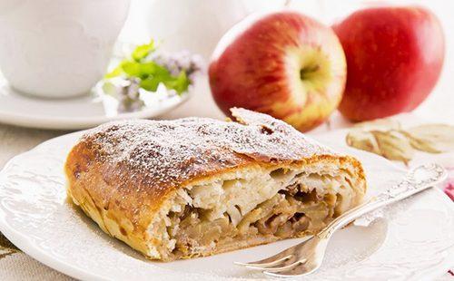 Кусочек австрийского яблочного рулета