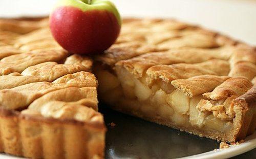 Простой пирог украсили яблочком