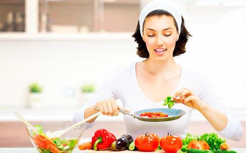 Молодая женщина делает салат