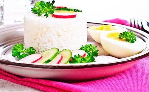 Рисовая каша на терелке с редиской
