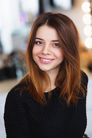 Милая улыбка девушки в чёрном
