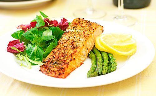 Запеченная рыбка на тарелке с овощами