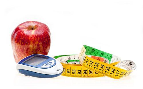 Сантиметр, весы и яблоко