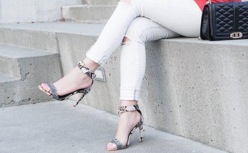 Женские ноги в белых джинсах и туфлях на каблуках