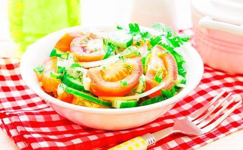 Салат с помидорами и оругцами