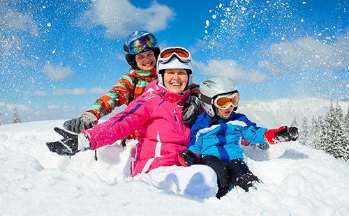Спортивная семья катается на зимней горке