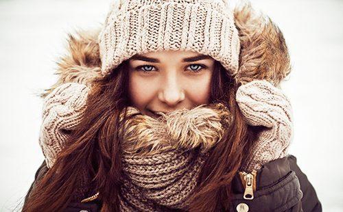 Весёлая девушка в зимних шерстяных вещичках