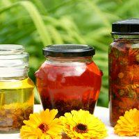 Полные банки мёда и настоек