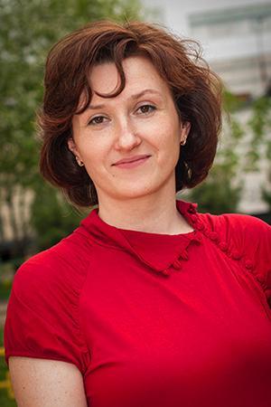 Портрет в красной блузке