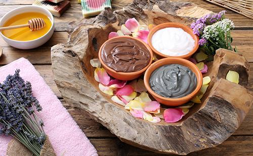 Глина в плошках, травы и мёд приготовлены для маски