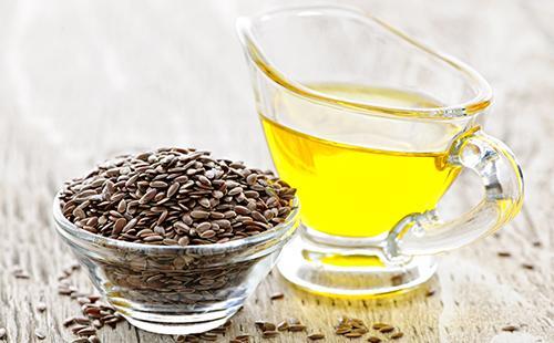 Тёмные семена и чашечка жёлтого масла