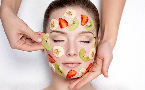 Кусочки фруктов на лице