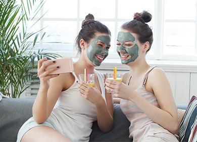 Две девушка с масками на лице