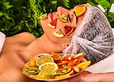 Кусочки фруктов на лице у девушки