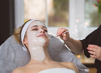 Парафиновая белая маска на лице у девушки
