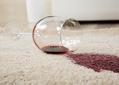 Пролитое на ковер красное вино