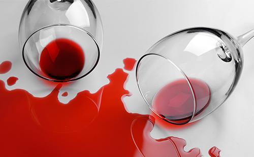Бокалы с вином упали