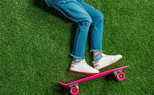 Ноги в джинсах на траве