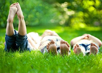 Дети лежат на траве